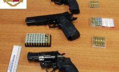 Aveva in casa revolver e lanciarazzi illegali, denunciato al Trasimeno