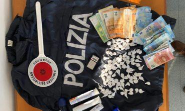 Un etto di cocaina e 2000 euro in contanti: arrestato spacciatore al Trasimeno