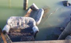 """Divani nelle acque del Lago, la scoperta infiamma i social: """"È una protesta per la chiusura della discarica"""""""