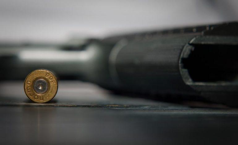Maneggia una pistola e parte un colpo: 52enne deceduto in ospedale