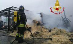 Incendio in un capanno con bombole e gasolio, i pompieri al lavoro con quattro squadre