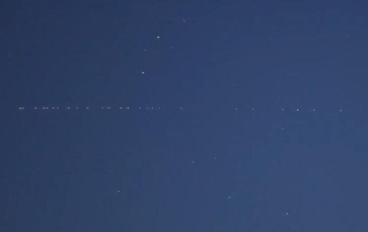 I satelliti Starlink di Elon Musk come stelle cadenti nei cieli dell'Umbria