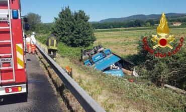 Camion si ribalta sul Raccordo tra Passignano e Tuoro: ferito l'autista