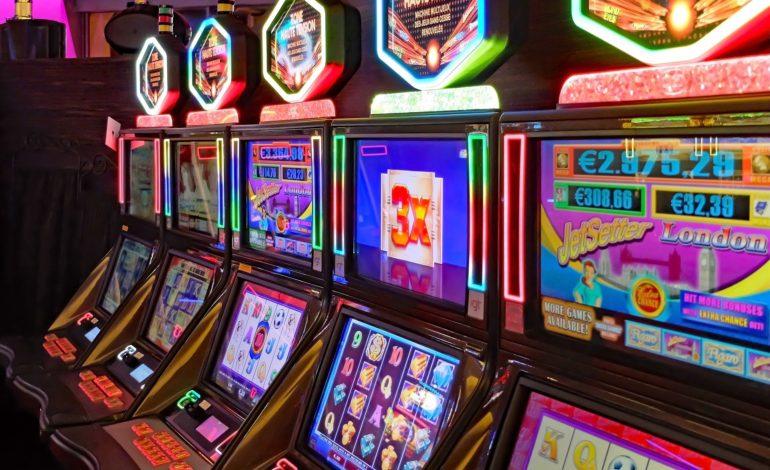 Rubavano soldi dalle slot machine con un sistema ingegnoso: rintracciati e denunciati