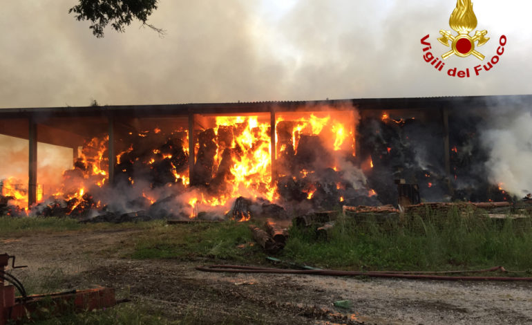 Fienile in fiamme, pompieri al lavoro con tre squadre