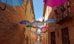 """Dopo la via degli ombrelli a Paciano arriva il """"vicolo delle caramelle"""""""