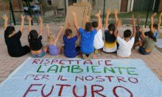 Abbandono di materiale inquinante, i bambini protestano a difesa dell'ambiente