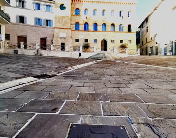 Simboli: collocato in piazza Carpine lo stemma in ferro del Comune