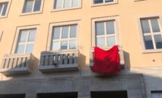 25 novembre, il Comune di Piegaro espone un drappo rosso