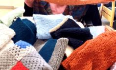 Le anziane delle RSA donano sciarpe alla Caritas: saranno distribuite a Natale ai più bisognosi