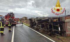 Camion fuori strada: intervengono i vigili del fuoco con l'autogru