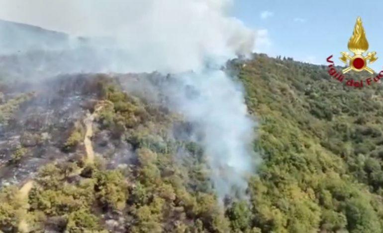 Incendi su più fronti al Trasimeno: evacuate anche due strutture ricettive